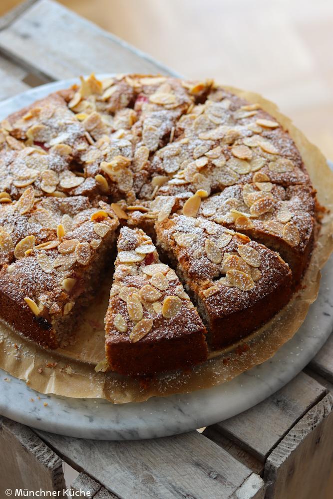 Ich hätte jetzt gerne ein Stück Rhabarber-Mandel-Kuchen. Der Kuchen kommt ganz ohne Baiser aus und ist trotzdem schön saftig.