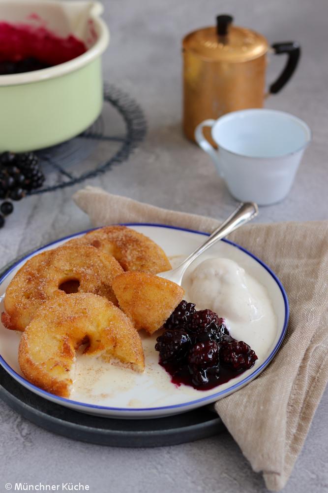 Die Apfelküchle oder auch Apfelkücherl schmecken schön fruchtig. Das Beerenkompott und Vanilleeis harmonieren super dazu.
