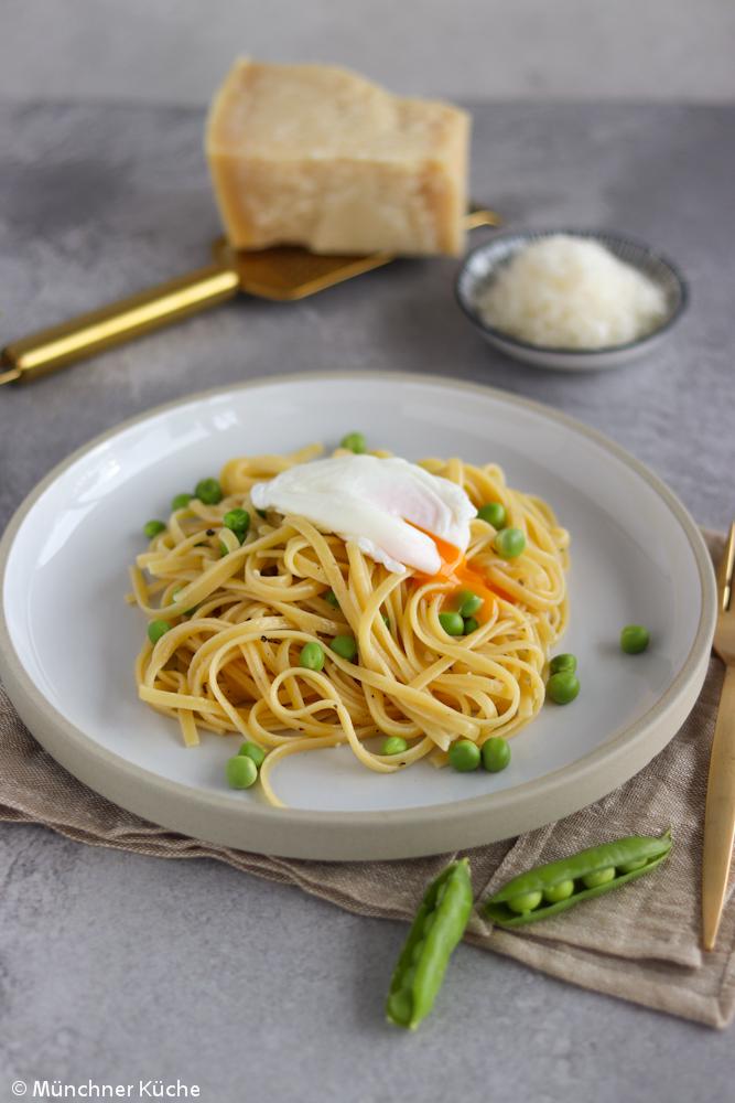 Ein Teller voll Glück: Pasta mit frischen Erbsen und pochiertem Ei.