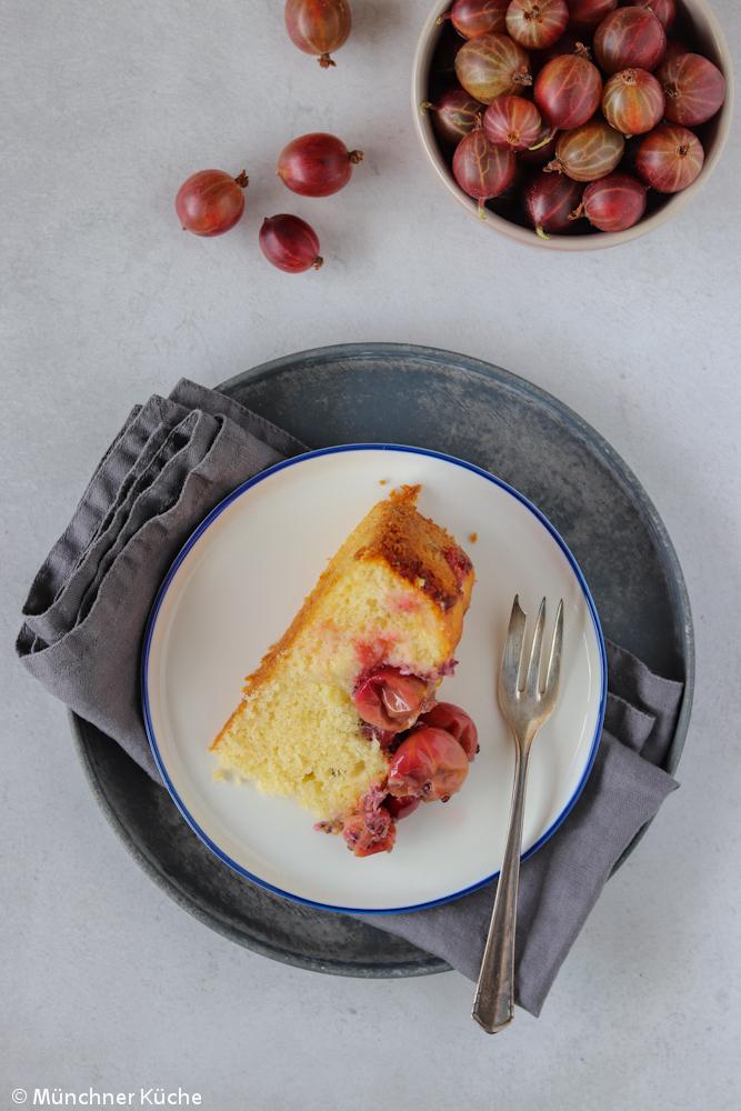 Köstlicher Stachelbeerkuchen. Die Stachelbeeren werden dafür im Ofen geröstet und dann im Rührkuchen verarbeitet.