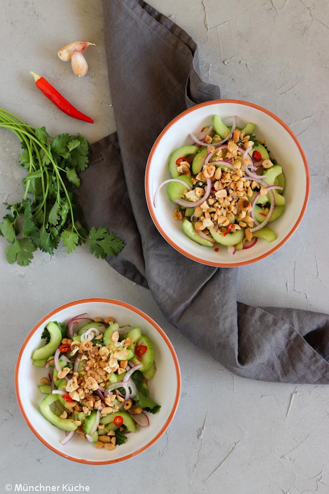 Asiatischer Gurkensalat mit Erdnüssen und geröstetem Knoblauch ist ein schönes leichtes Abendessen und super schnell zubereitet.