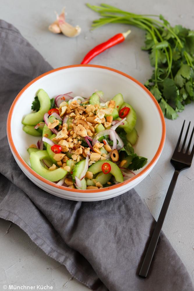 Ein schmackhafter und leichter asiatischer Gurkensalat. Mit Chilli, Erdnüssen und geröstetem Knoblauch.
