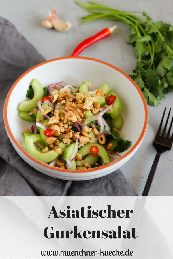 Asiatischer Gurkensalat mit Erdnüssen und geröstetem Knoblauch. Ein leckeres und leichtes Essen. | www.muenchner-kueche.de #asiatisch #salat #gurken #erdnüsse #knoblauch #leichteküche