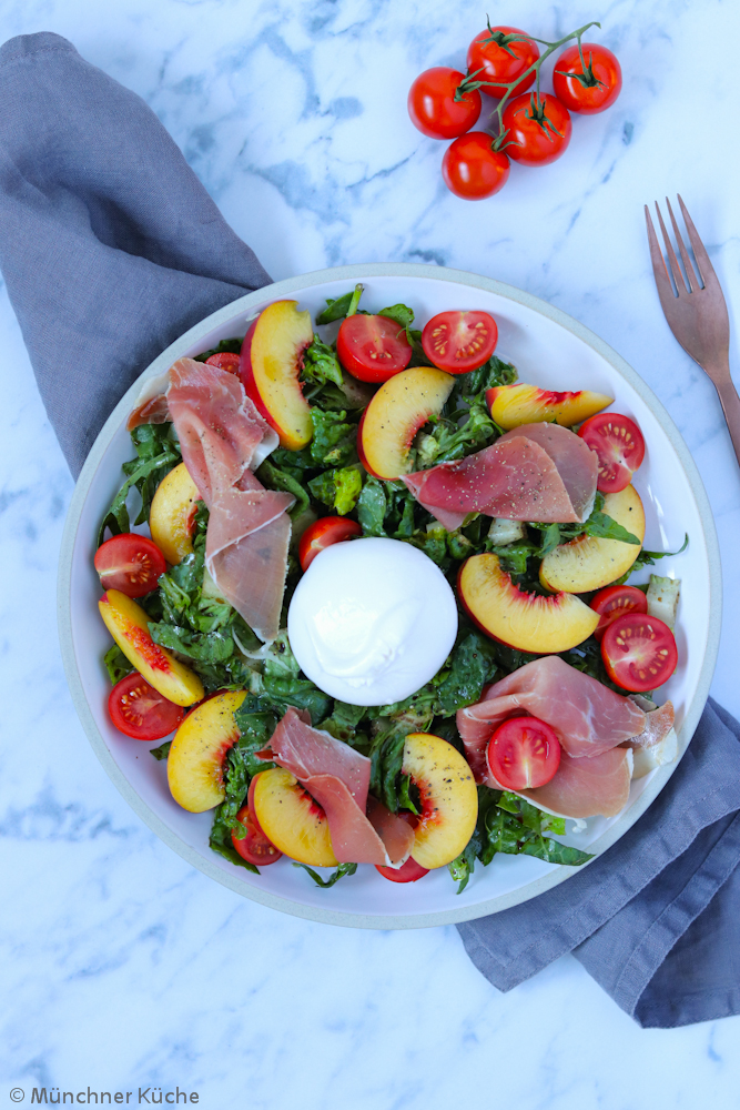 Der Sommer-Salat mit Nektarinen. Serrano und Burrata ist der perfekte Begleiter zum Grillen oder kann auch einfach als Hauptmahlzeit gegessen werden.