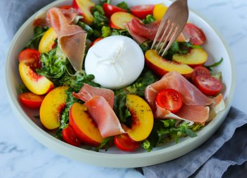 Ein frischer Salat mit Nektarinen, Serrano und Burrata. Perfekt für die aktuell viel zu warmen Temperaturen.