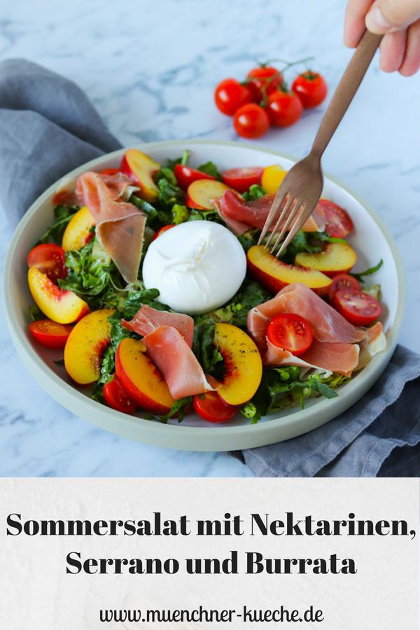 Der erfrischende Salat mit Nektarinen, Serrano und Burrata ist das perfekte Abendessen bei zu heißen Sommertemperaturen. Schön fruchtig leicht und trotzdem sättigend. | www.muenchner-kueche.de #sommersalat #salat #nektarinen #burrata #serrano #sommer