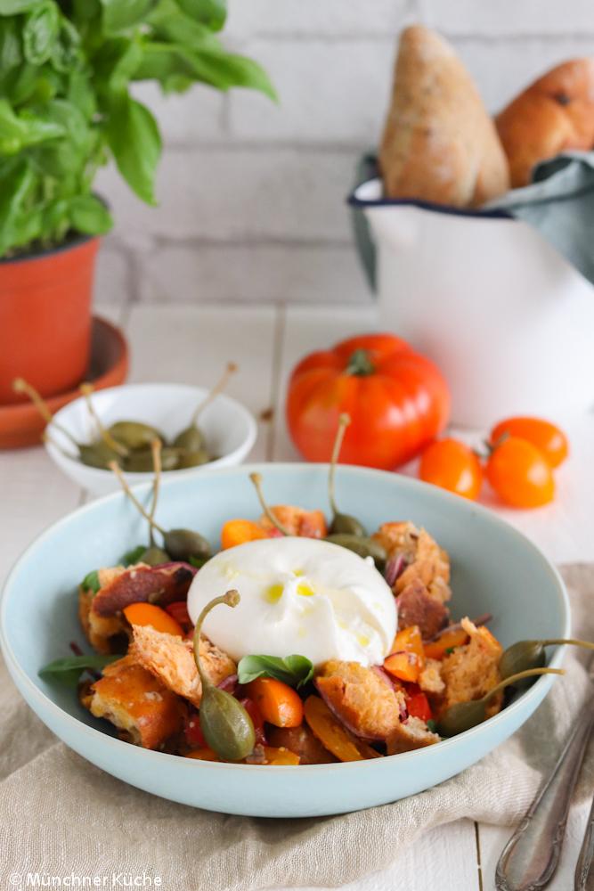 Ein guter italienischer Brotsalat, auch Panzanella genannt, besteht aus wenigen Zutaten.