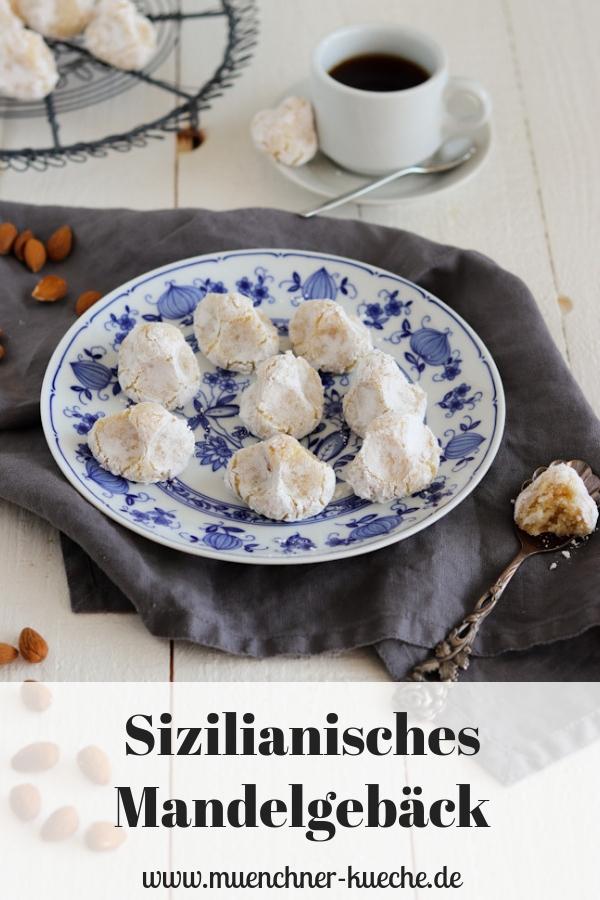 Feines sizilianisches Mandelgebäck. In Italien auch Pasta di Mandorle genannt. Die Plätzchen schmecken wunderbar nach Marzipan. | www.muenchner-kueche.de #plätzchen #gebäck #mandeln #marzipan #mandorle #italien