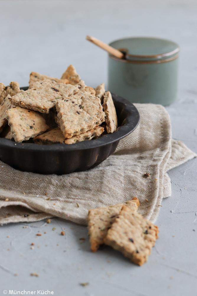 Die Rosmarin-Oliven-Cracker sind schön würzig und passen perfekt zum Aperitif.