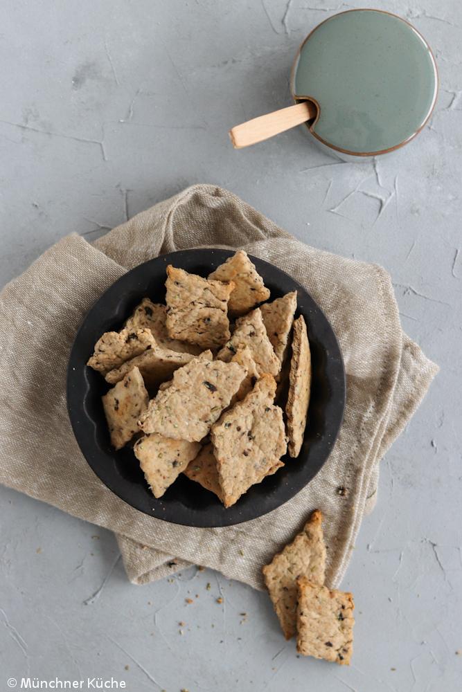Eine Ladung Rosmarin-Oliven-Cracker.