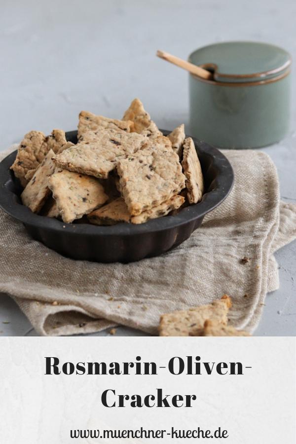 Rosmarin-Oliven-Cracker sind ein feiner Snack zum Aperitif oder zum knuspern vor dem Fernseher. | www.muenchner-kueche.de #snack #salzig #rosmarin #oliven #cracker