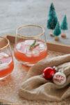 Rosa Weihnachtspunsch zum vegetarischen Weihnachtsmenü.