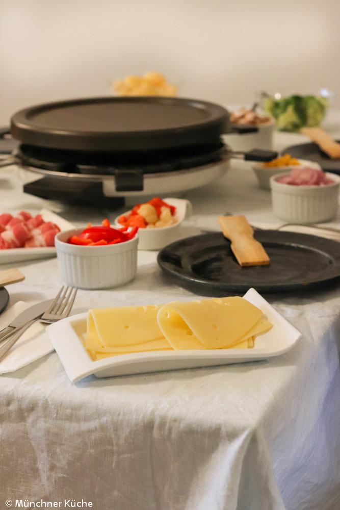 Der Raclette-Tisch ist voll bepackt mit Leckereien.