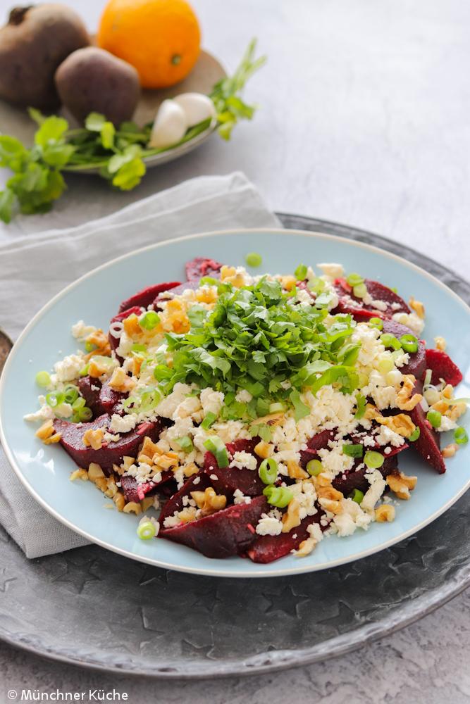 Rote Bete Salat mit Schafskäse und Nüssen.