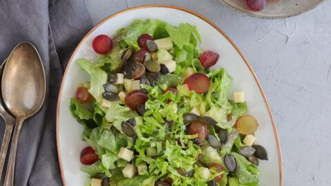 Salat mit Trauben, Käse und Kürbiskernen - münchner-küche