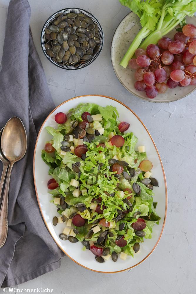 Salat mit Trauben, Käse und Kürbiskernen