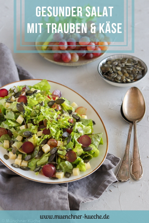 Gesunder knackiger Salat mit Trauben, Käse und Kürbiskernen. | www.muenchner-kueche.de #salat #trauben #käse #kürbiskerne #gesund