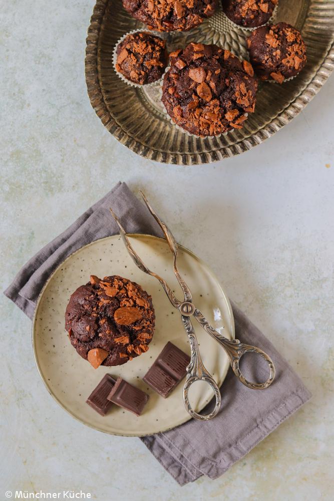 Saftige Muffins mit Schokolade in klein und groß gebacken.