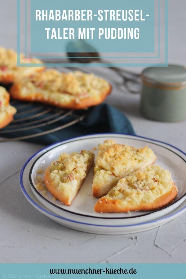 Rhabarber-Streusel-Taler mit Pudding. Schmecken viel besser als vom Bäcker. Das Rezept für die Puddingteilchen findet ihr auf dem Blog. | www.muenchner-kueche.de #rhabarber #pudding #teilchen #streusel #gebäck #puddingteilchen