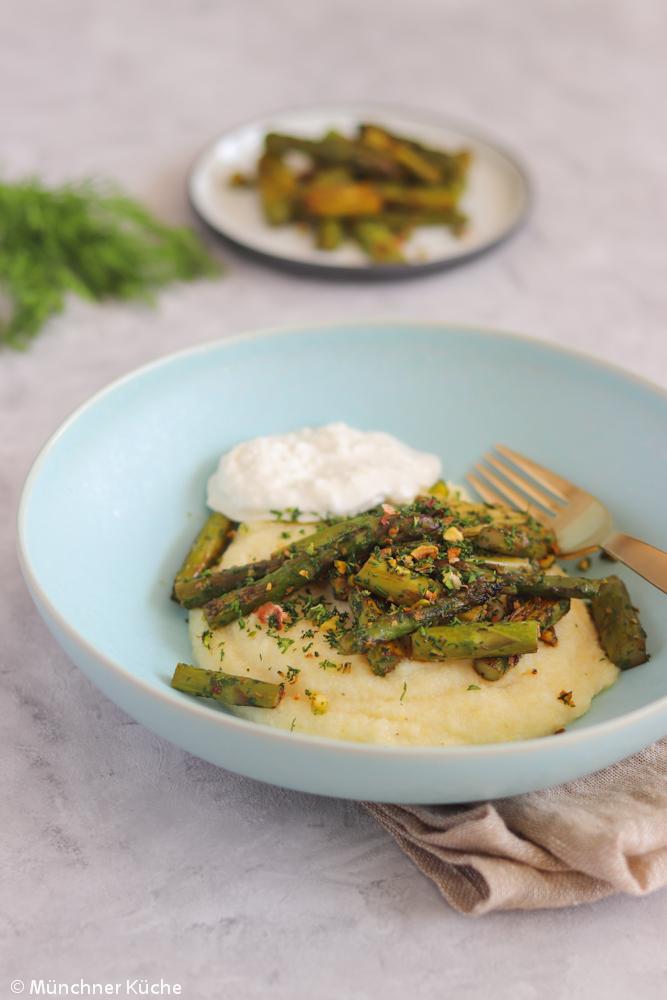 Cremige Polenta mit grünem Spargel und Burrata