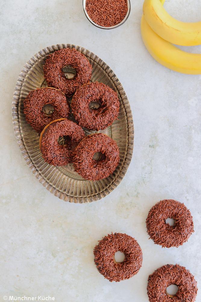 Köstliche Banana Bread Donuts aus dem Backofen.