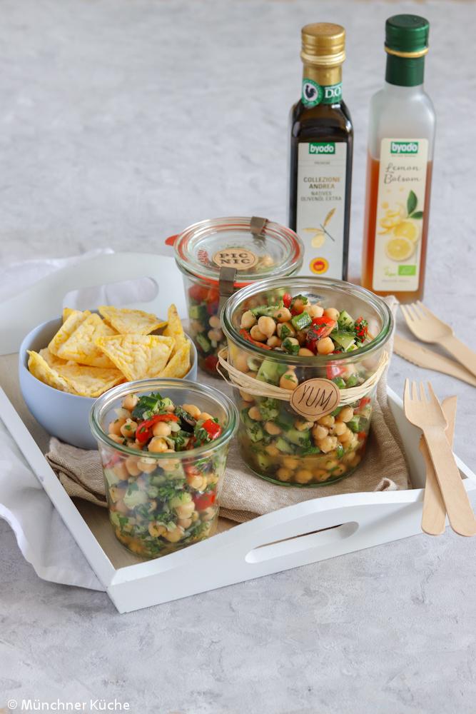 Perfekt für das Picknick: erfrischender Kichererbsensalat mit Tomate und Gurke.