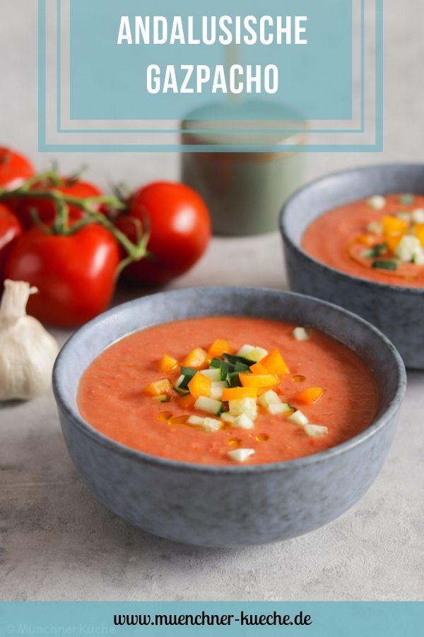 Andalusische Gazpacho. Gerade bei hohen sommerlichen Temperaturen ist die kalte Suppe ein Genuss. | www.muenchner-kueche.de #gazpacho #gaspacho #andalusien #sommer #kalt #suppe #tomaten #gurken #paprika
