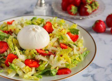 Knackig frischer Erdbeer-Fenchel-Salat mit Burrata.
