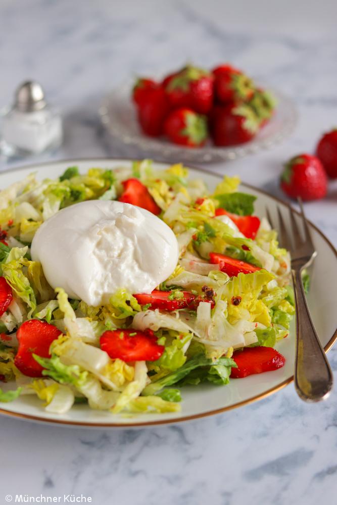 Fixe Sommerabendküche. Salat mit Erdbeeren, Fenchel und cremigem Burrata.
