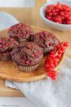 Saftige Schokoladen-Muffins mit säuerlichen Johannisbeeren.