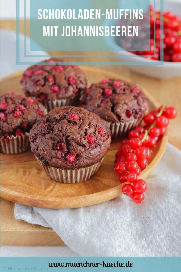 Saftige Schokoladen-Muffins mit säuerlichen Johannisbeeren. | www.muenchner-kueche.de #muffins #schokolade #johannisbeeren #träuble #ribisel #gebacken #saisonal