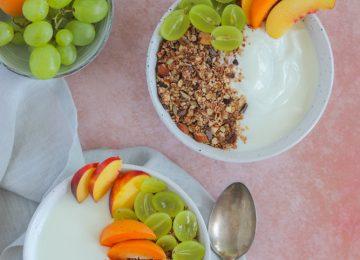 Mit etwas frischem Obst und Schoko-Kokos-Nuss Granola hat man ein köstliches Frühstück.