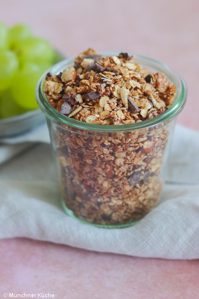Das Schoko-Kokos-Nuss Granola ist auch ein schönes Geschenk aus der Küche.