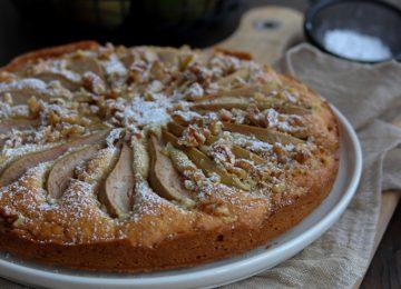 Saftiger Birnenkuchen mit Walnüssen.