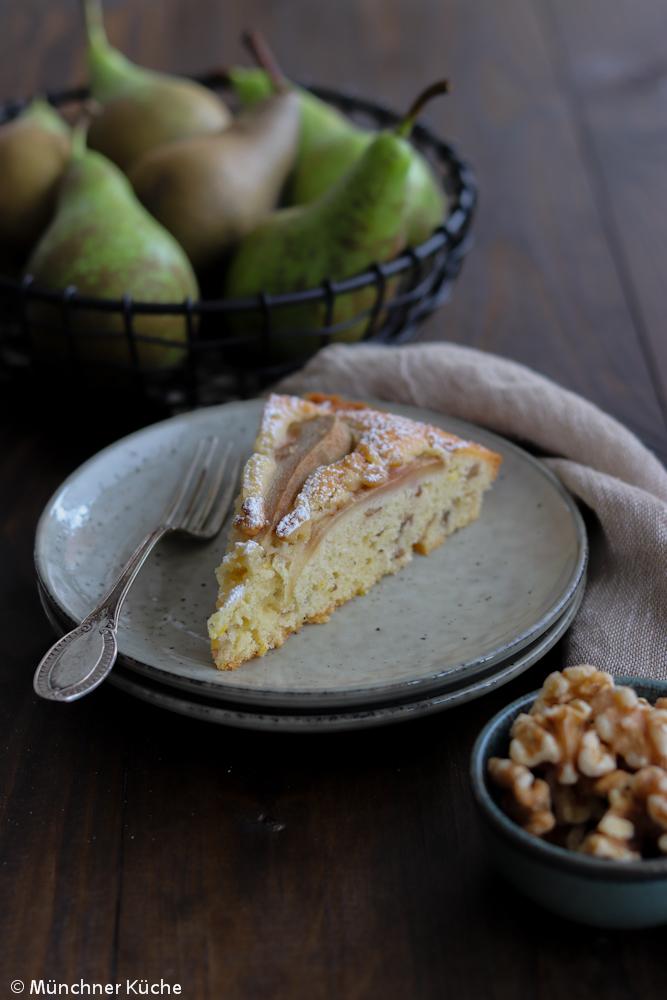 Herbstlicher Kuchen mit Birnen und gehackten Nüssen.
