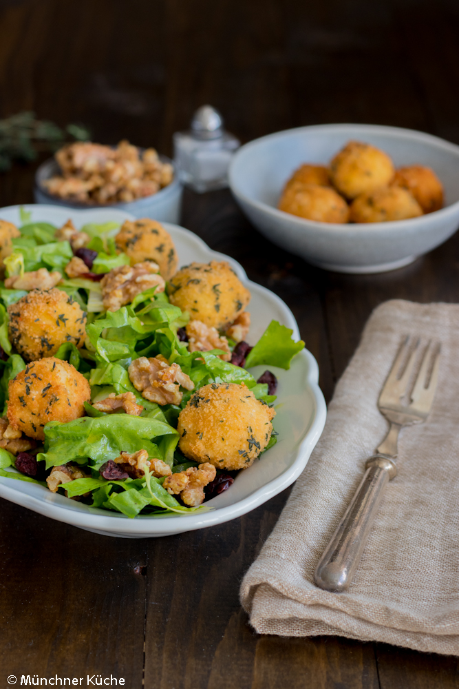 Winterlicher Salat mit Thymian-Kroketten.