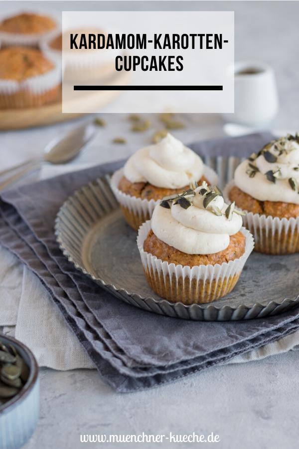 Passend zu Ostern gibt es ein paar Karotten-Kardamom-Cupcakes mit Ahorncreme. | www.muenchner-kueche.de #cupcakes #karotte #kardamom #ostern #backen #münchnerküche