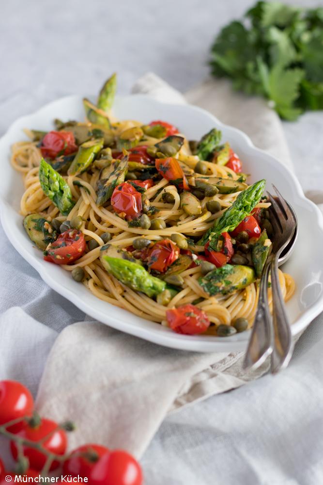 Die Spaghetti mit grünem Spargel, Tomaten, Kapern und Gremolata sind fix gemacht und stehen in unter 30 Minuten auf dem Tisch.