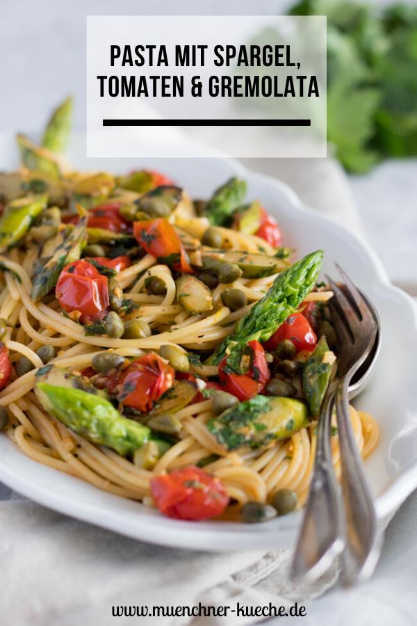 Schnelle Küche: Die Spaghetti mit grünem Spargel, Tomaten und Gremolata stehen in unter 30 Minuten auf dem Tisch. | www.muenchner-kueche.de #pasta #spaghetti #nudeln #spargel #grünerspargel #tomaten #gremolata #schnelleküche #feierabendküche
