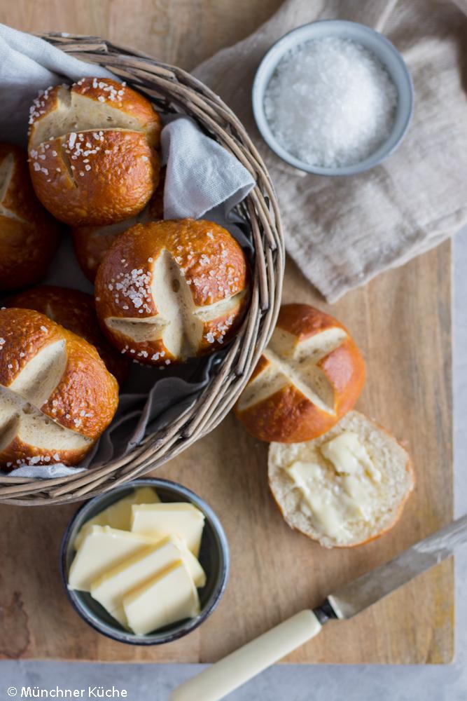 Ofenfrische Laugenbrötchen wie vom Bäcker.