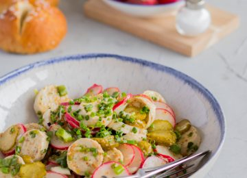 Einfaches Rezept für Weißwurstsalat mit Radieschen.
