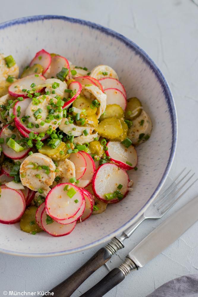 Passend zur Brotzeit: Weißwurstsalat mit Radieschen.
