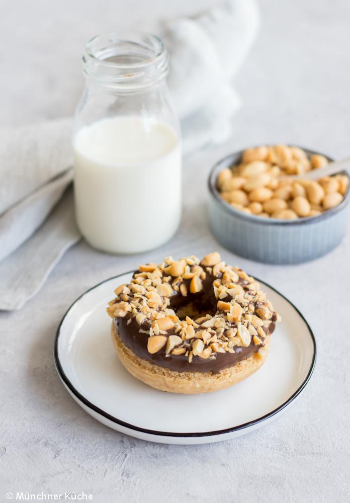 Gebackene Peanut Butter Donuts mit Schokolade.