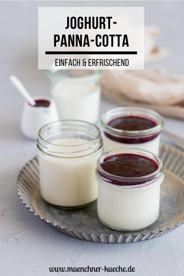 Erfrischende Joghurt-Panna-cotta mit Heidelbeersauce. Das perfekte Sommerdessert. | www.muenchner-kueche.de #panna cotta #joghurt #dessert #nachtisch #heidelbeeren #blaubeeren #münchnerküche
