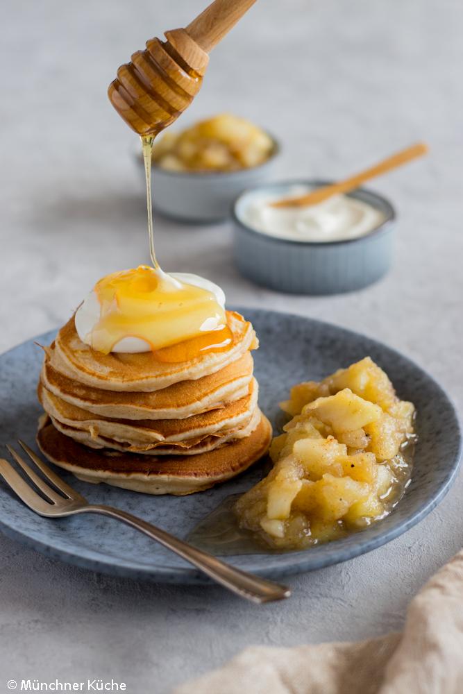 Joghurt-Pancakes mit Honig und Bratapfelkompott.