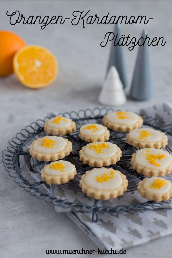 Einfaches Rezept für mürbe Orangen-Kardamom-Plätzchen mit Zuckerguss. | www.muenchner-kueche.de #plätzchen #kekse #ausstecher #orange #kardamom #mürbteig #backen #weihnachten #weihnachtszeit #münchnerküche