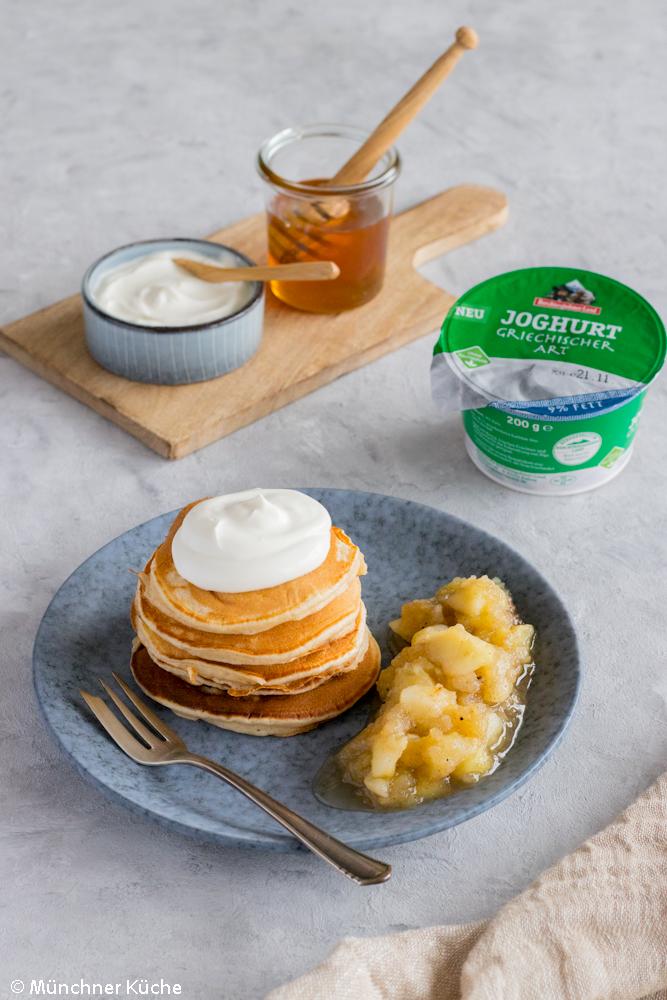 Amerikanische Pancakes mit Joghurt, Honig und Bratapfelkompott.
