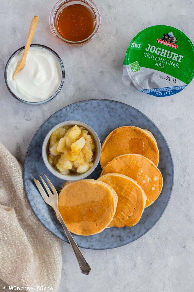 Joghurt-Pancakes mit griechischem Joghurt, Bratapfel und Honig.