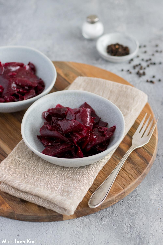 KLassischer Rote Bete Salat mit Essig-Öl-Dressing.