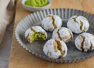 Weiche Matcha Cookies mit Puderzucker.